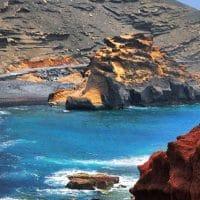 Roter Felsen am Strand auf Lanzarote