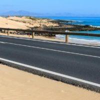 Strasse am Strand von Corralejo