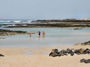 Familie am Playa El Cotillo, Fuerteventura