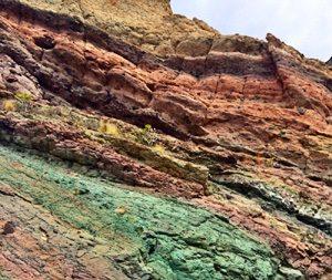 Naturwunder gefärbte Felsen in La Aldea de San Nicolás